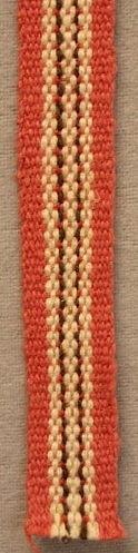 Band vävt i varprips. Dekorationsband. Varp: Cottolin och bomullsgarn i rosa, vitt, brunt och rött. Inslag: Rosa cottolin.