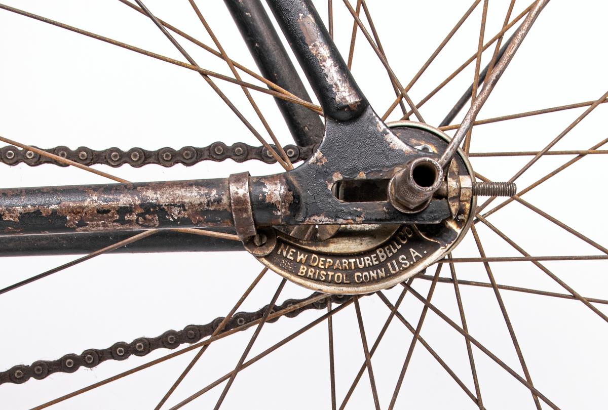 Cykel från 1800-talets slut. Svartmålad. Gummidäck. Pakethållare i fram. Brun sadel av läder. Den är tysk och är av märket Brennabor, modell No 1. Firman låg i Brandenburg. Den är från sista årtiondena på 1800-talet. Registreringsskyl i glas, nummer 5198.