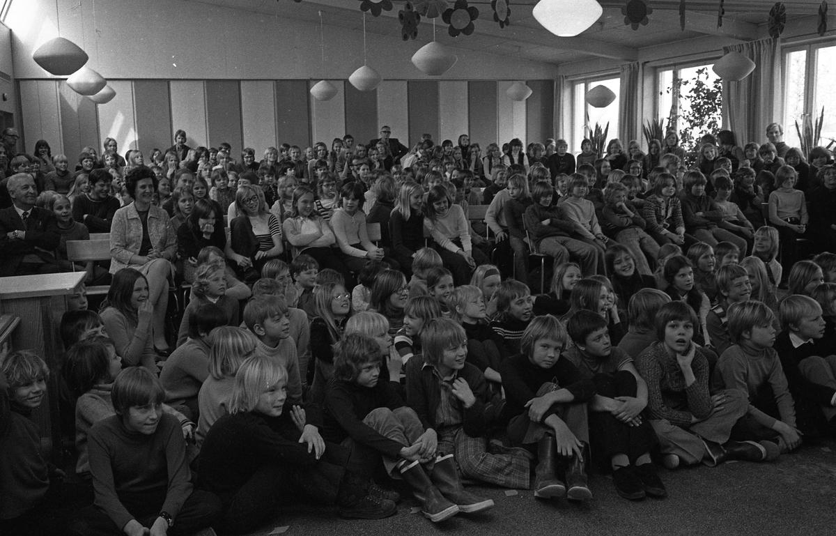 Arbetarnas Bildningsförbund, från Västerås, spelar teater i skolan. Elever och lärare i publiken. Identifierade personer i bildens horisontella mitt: Lärarinnan Lena Norlgren, Helene Wall, Anette Lindkvist, Annette Carlsson, Birgitta Hahne, Lena Ageborg, Maria Dagerhäll, Maria Cajwall, Malin Jansson, Thomas Bergström, Bror Jansson och Anette Nordlander Identifierade personer i bildens högra nederdel: Niklas Lenasson, Carina Berggren och Anders Grönberg