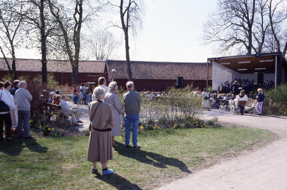 En blåsorkester underhåller publiken i Olof Ahllöfs park.