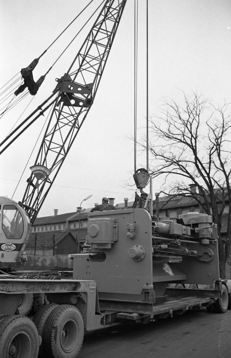 """En gradsax, tillverkad på """"Meken"""", Arboga Mekaniska Verkstad, flyttas med lyftkran från lastbildsflak. Den ska transporteras med järnväg."""