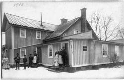 Bostadshus vid Arboga Mekaniska Verkstad. Familjerna står ut