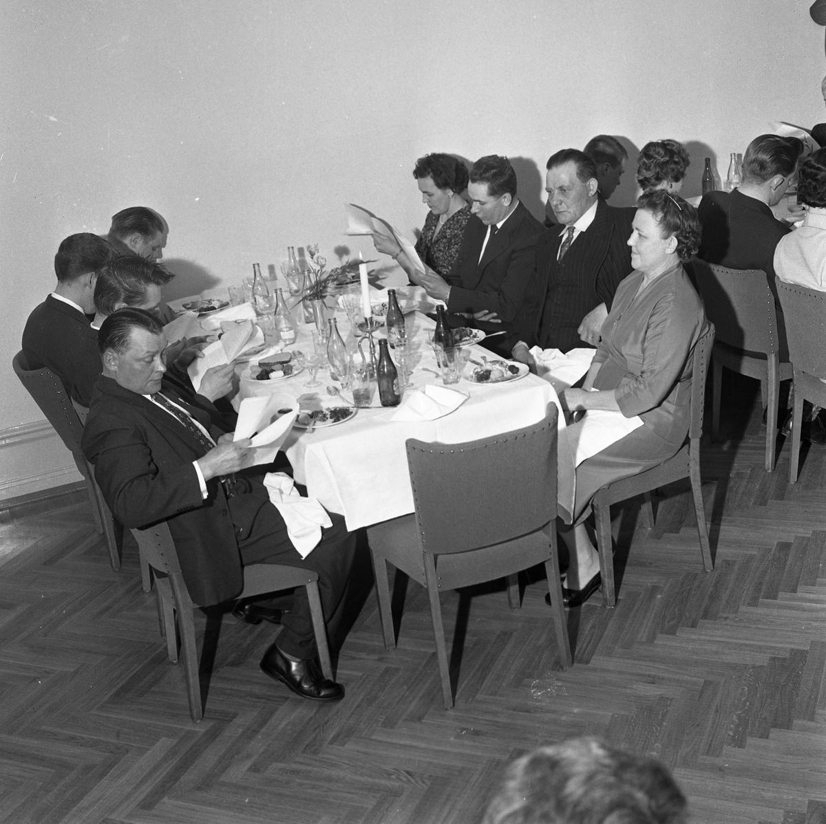 Elektrikerförbundets Arbogaavdelning firar jubileum. Män och kvinnor äter festmåltid. Nu är det allsång på gång.