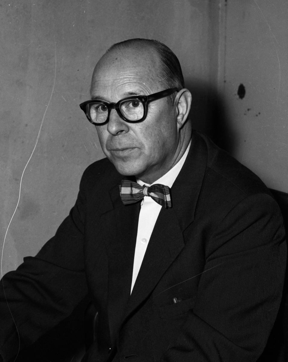 Karl Adolf Berg, expedit på herravdelningen hos Öhrman & Melander. Bilen är tagen i samband med att företaget firade 50-årsjubileum. Porträtt av man.