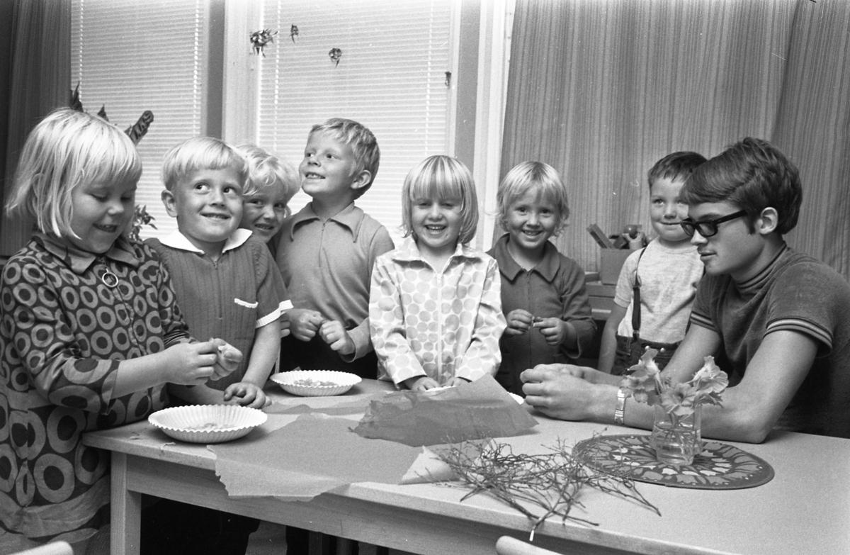 Tomas Grönberg är praktikant på daghemmet Biet. Barnen är, från vänster: Christina Falk, Torbjörn Jonsson, Johan Haverås och Mikael Thena (senare Thuresson), Barbro Jonsson, Nina och okänd.