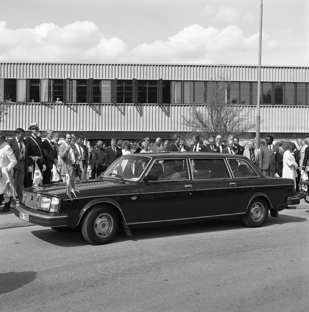 550-årsminnet av Sveriges första riksdag firas i Arboga. Kungaparet (som just stigit in i bilen) lämnar platsen för den gemensamma lunchen. I höjd med bilens vindruta, ses statsminister Olof Palme. Bakom honom står Tanzanias presient, Julius Nyerere. De, och övriga politiker, inväntar sina transporter.