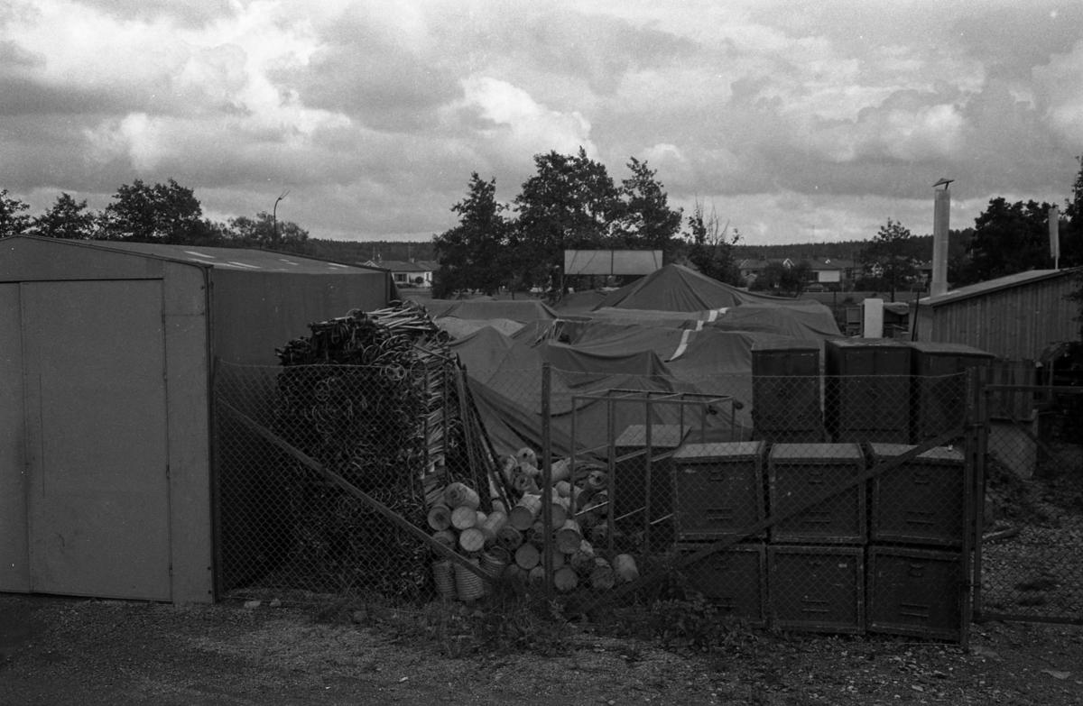 Överskottsförsäljningens plasthall har rasat. I bakgrunden ses villorna på Södra Ågatan, på andra sidan Arbogaån.