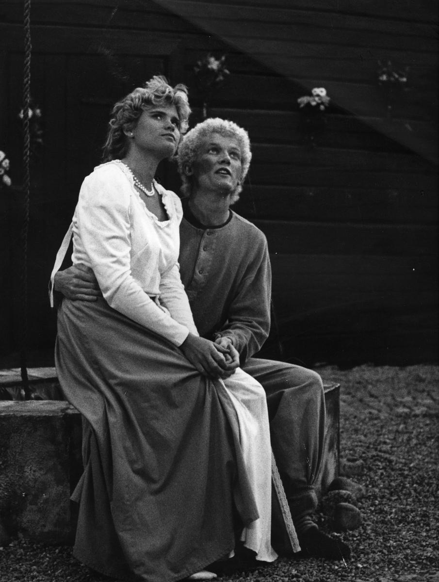 """Anna-Karin Bergström och Matts Deubler som rollfigurerna Lindelin och Florentin i skådespelet """"Giv oss fred"""". """"Giv oss fred"""", även kallat """"Arbogaspelet"""", är ett teaterstycke skrivet av Rune Lindström 1961. Handlingen, som är inspirerad av Arbogas klosterhistoria, är förlagt till början av 1500-talet. Uruppförandet skedde den 11 augusti 1962 och Rune Lindström spelade Engelbrekt Gertsson. Lions Club i Arboga stod för arrangemanget. Föreställningarna regnade bort och det blev ett stort ekonomiskt bakslag för föreningen. Spelet har framförts igen; 1987, 1988, 2012 och 2015 av medlemmar i """"Bygdespelets Vänner"""".  Avfotograferad påsiktsbild. Mats Deubler"""