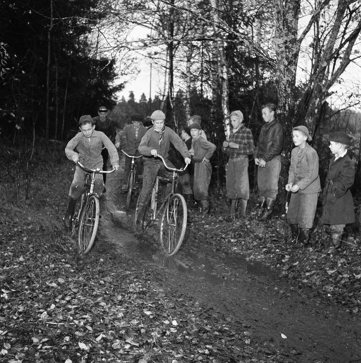 Cykelcross är den nya sportflugan för ungdomar. Här tävlar pojkarna på en 450 meter lång bana i Fellingsbro. Det är Kronorna från Arboga mot Rövarna från Fellingsbro.