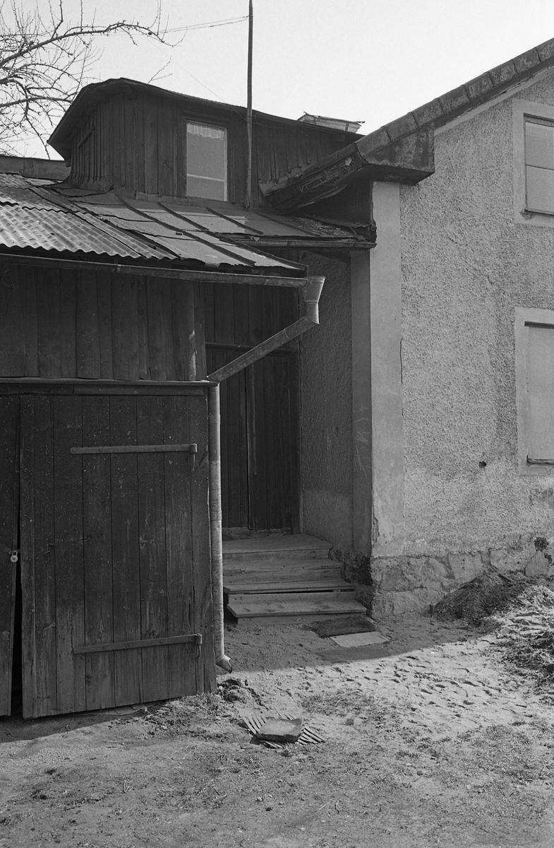 Exteriör, bostadshus. Del av fastighet. Trappa till entrén. Fotografens anteckning: Dokumentation av fastigheter i kvarteren söder och norr om ån. Bilder och beskrivningar finns på Arboga museum. Äldre bebyggelse. Miljö.