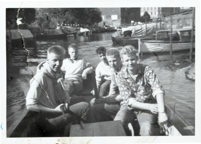 På vei ut Akerselva med motorbåten til Olsen. F.v. Harald Karlsen, Roger Johansen, Tor Pedersen, Kent Johansen og Olaf Olsen. (Foto/Photo)