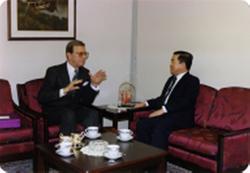 Direktør Jan Voigt i samtale med Thailands ambassadør i Norg