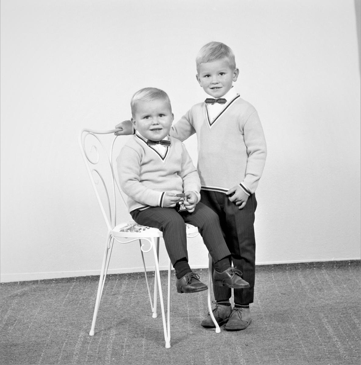 Portrett. Familegruppe på to. To unge gutter. Bestilt av Liv Kvamen. Rubbestadneset.