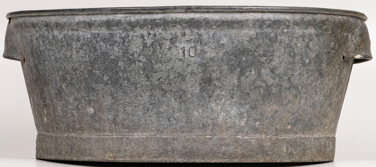 """Acc.kat.  Diskbalja oval galvaniserad plåt märkt """"10"""" rester av gul färg i botten."""
