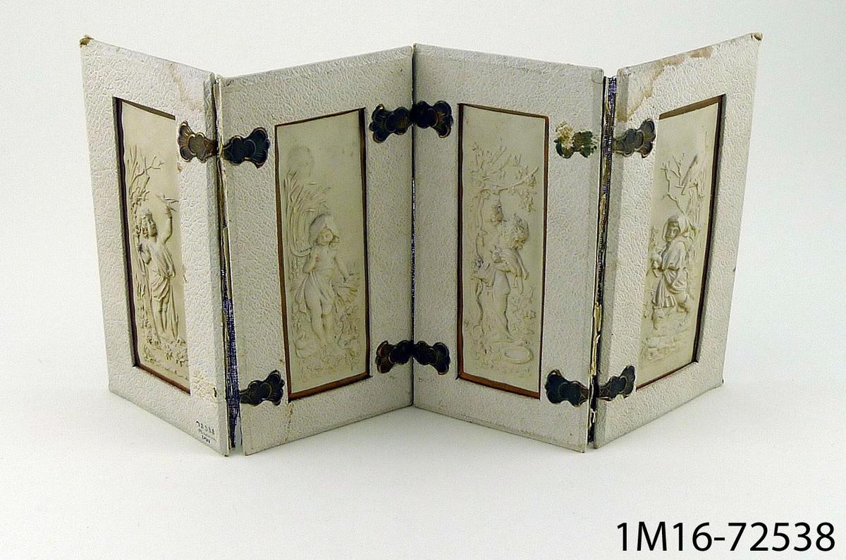 Prydnadsskärm i fyra avdelningar av papier maché, med figurer som representerar de fyra årstiderna.