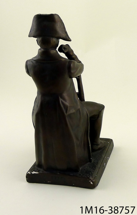 Skulptur föreställande Napoleon Bonaparte, avbildad sittande.