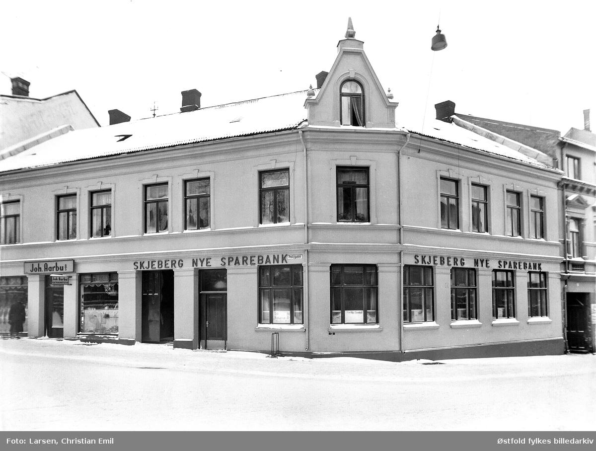 Forretningsgårder i Sarpsborg i Pellygata (venstre) og Torggata. Til venstre Joh. Aarbu AS kjøkkenutstyr, hjørnebygning Skjeberg nye sparebank.