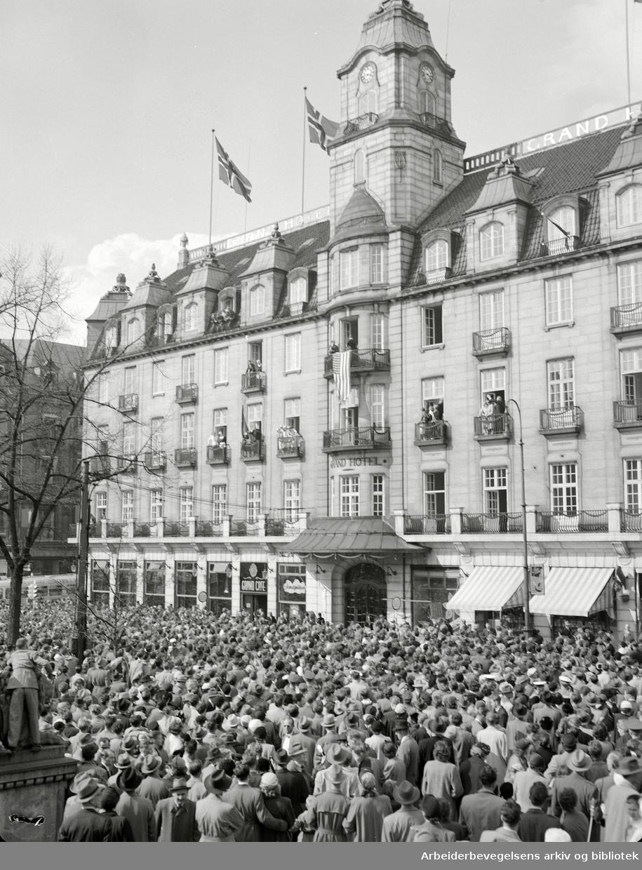 Folkemengde foran Grand Hotel under den amerikanske skuespillerinnen Esther Williams opphold. 17. mai 1955.