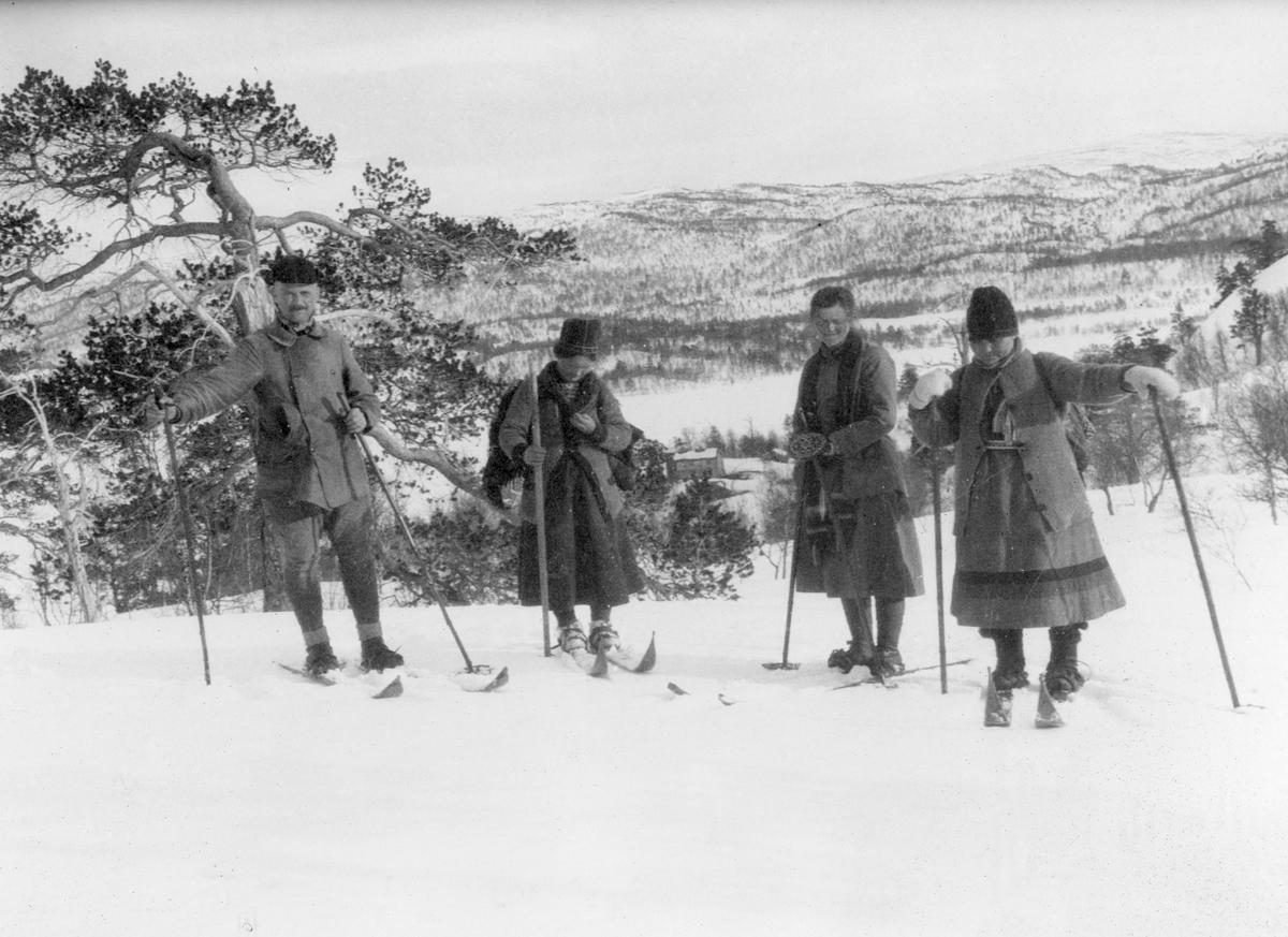 Sigrid Jonsen og hennes søster (helt til høyre) på skitur på Vasslåttåsen sammen med to skiturister.