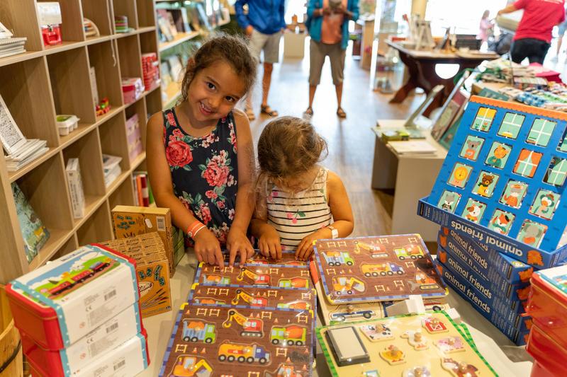Glade barn i museumsbutikken på Glomdalsmuseet