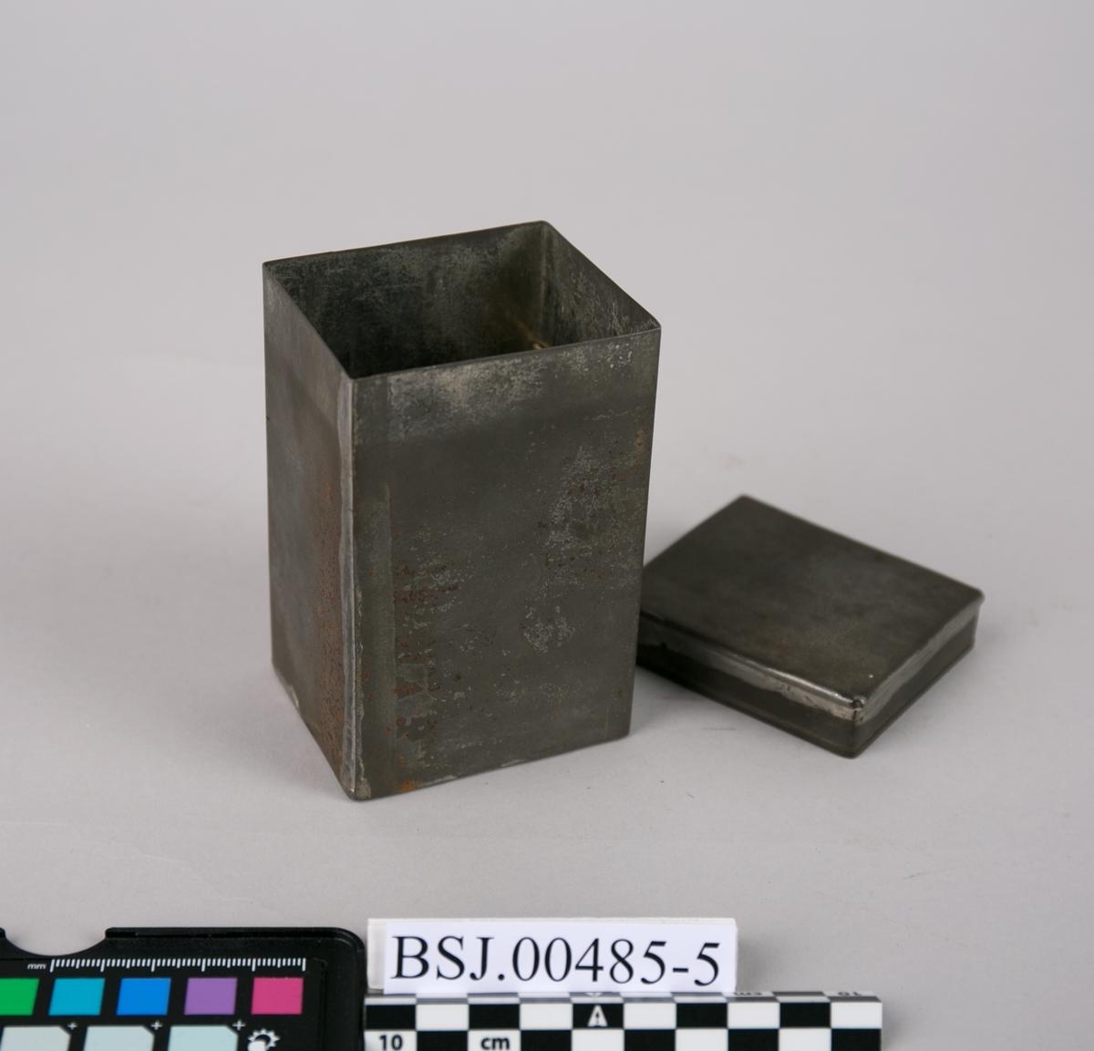 Boks. Metallboks for oppbevaring av reflektorspeil til teleskop. Det er plass til to speil. Oppbevart i trekasse.