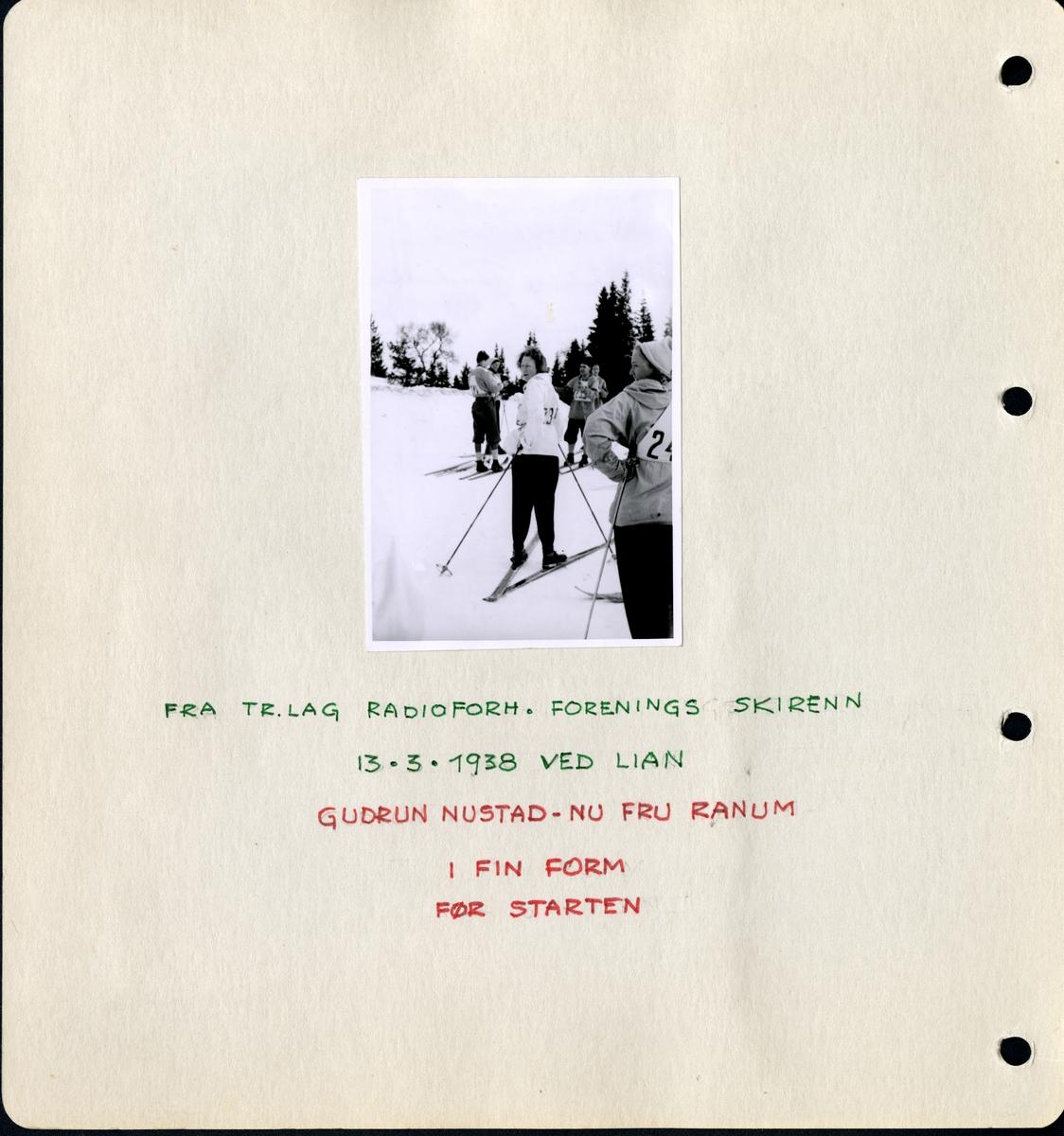 """Fra familiealbum. Gudrun Ranum stiller til start i skirenn. Fra Trøndelag Radioforhandlerforenings skirenn den 13/3-1938 ved Lian. Under fotgorafiet står det: """"Gudrun Nustutad- nu fru Ranum i fin form før starten"""". Hele betjeningen hos Olaf T. Ranum A/S var med."""