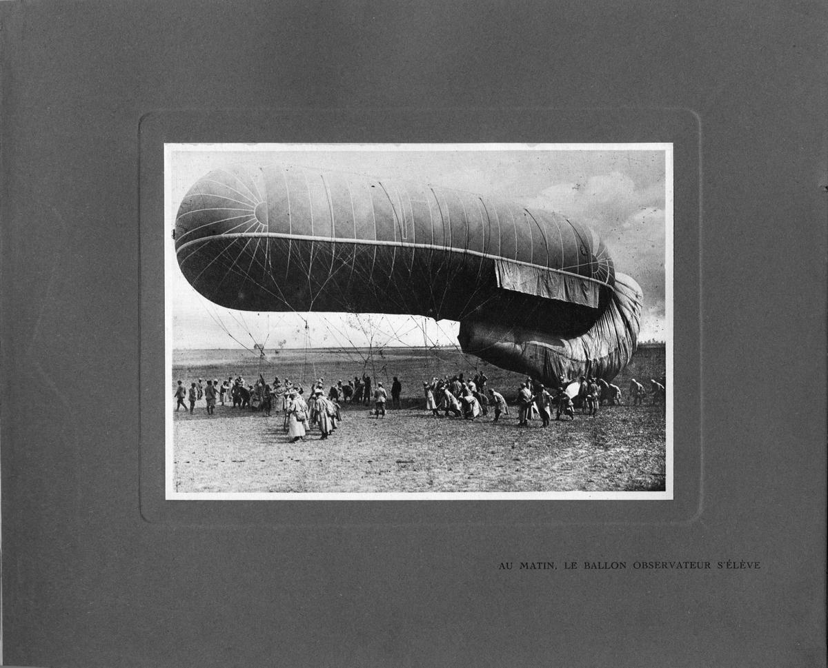 """Text i album: """"På morgonen, observationsballongen släpps upp""""."""