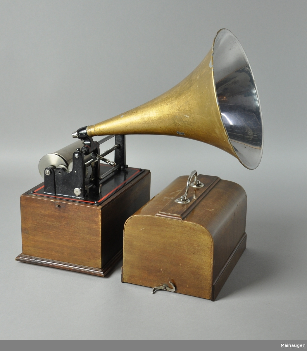 Fonograf bestående av tre deler: Fonograf, trakt og hette. Fonografen mangler sveiv.
