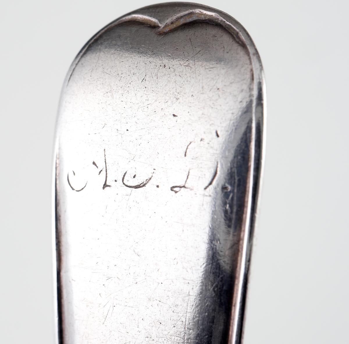 """Teskedar i silver. Svensk trubbig modell. Ägarinitialer: """"AED"""" på skaftens undersida (D:et är nästan helt bortnött). Stämplar på skaftens framsida."""