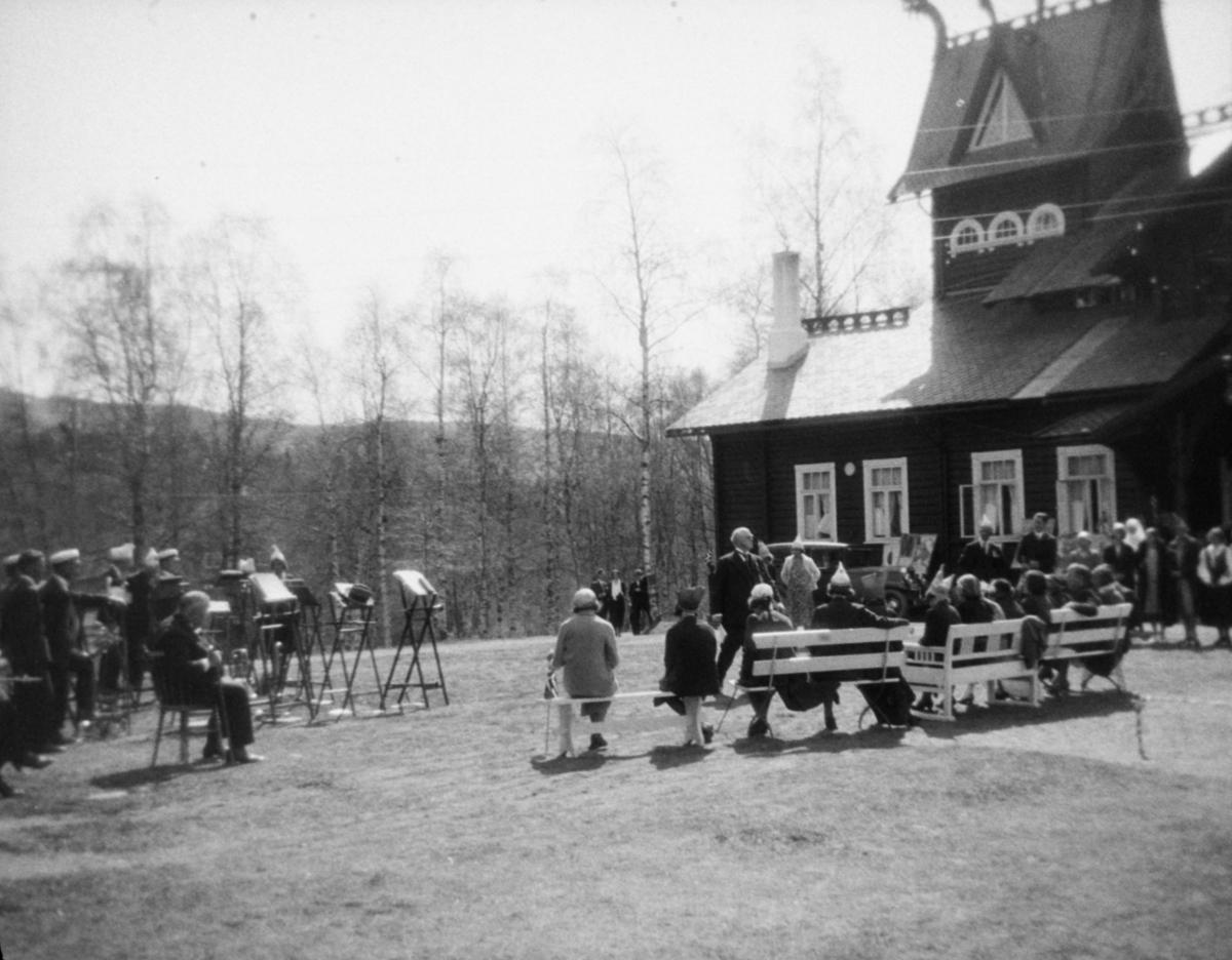 Fra musikkstevne på Kornhaug, Follebu. Kornhaug, hovedbygning til høyre.