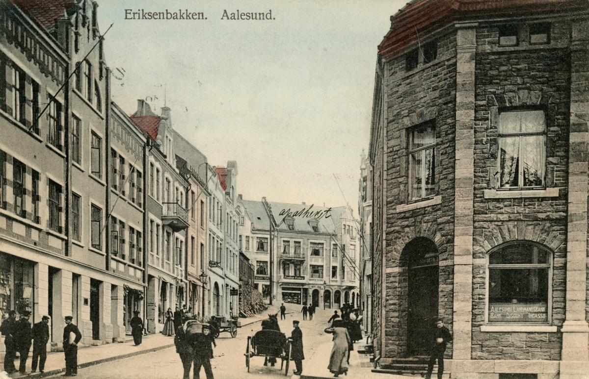 Motiv av gatemiljøet i Eriksenbakken, nå kalt Løvenvoldgata i Ålesund.