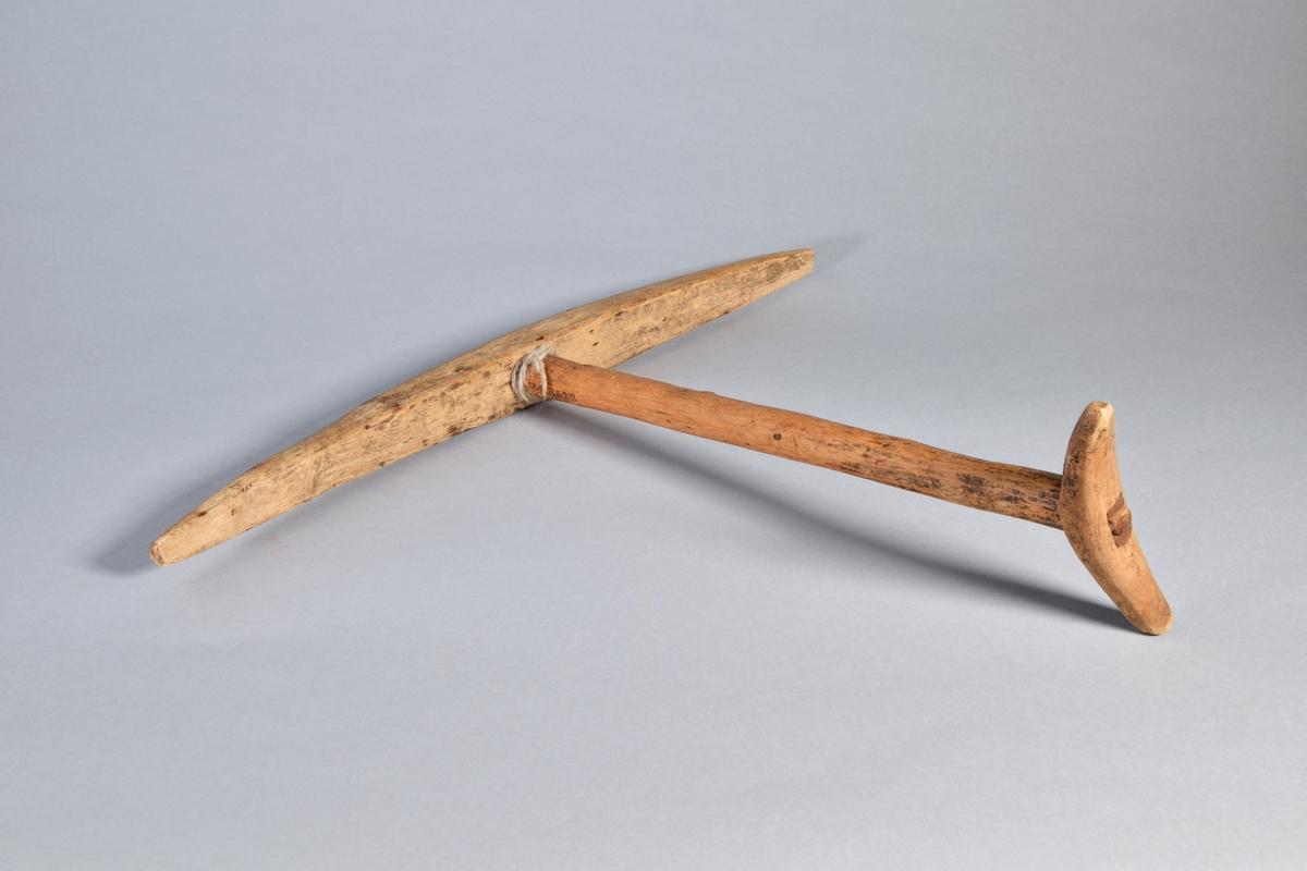 Härvträ med mittdel tillverkad av en bit rakt självväxt trä. I ena änden itappad kort något böjd tvärslå. I andra änden en itappad längre böjd tvärslå. Olika träslag har använts.