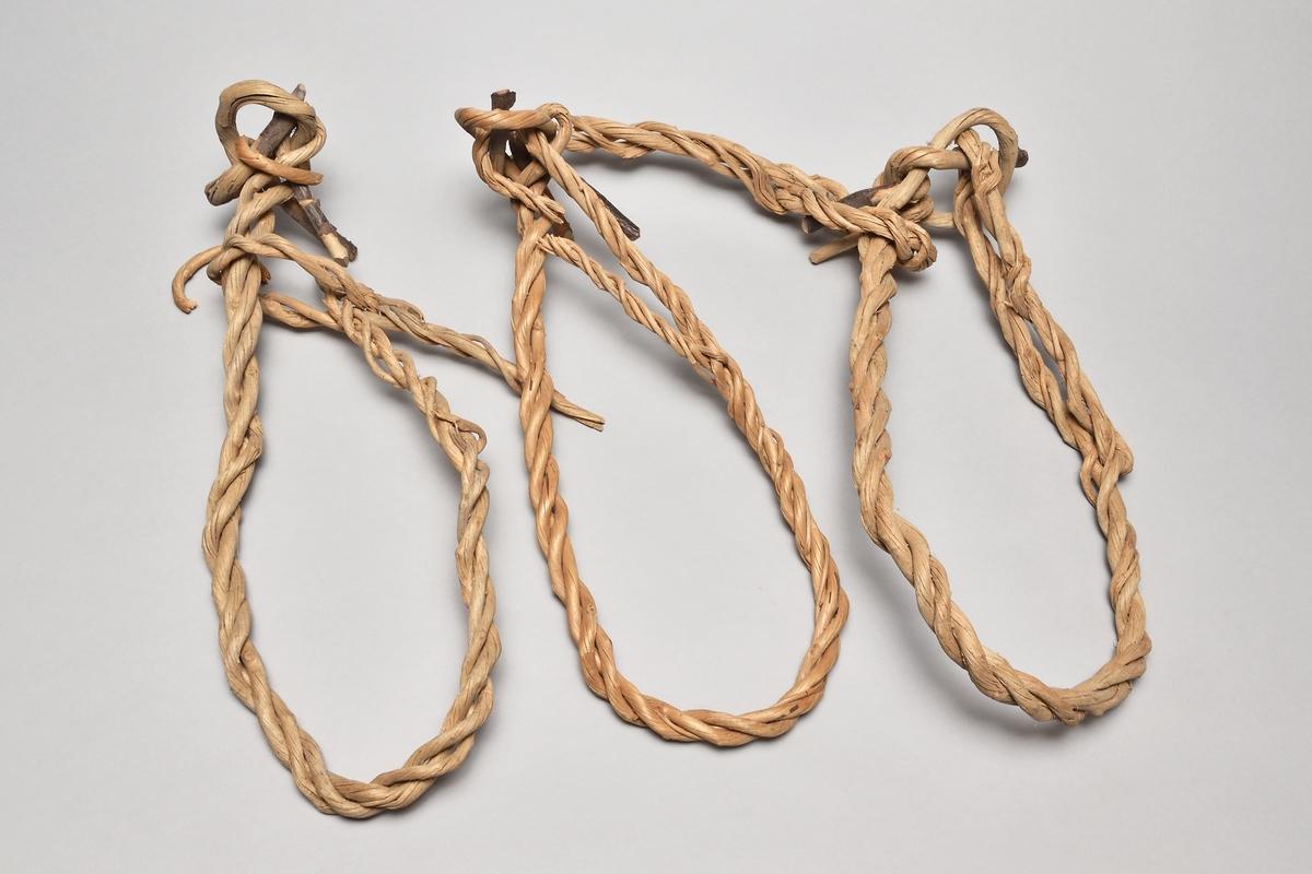 Halsband, bindsle för kor, av tvinnade vidjor och låstappar av trä. 3 st, delvis trasiga.