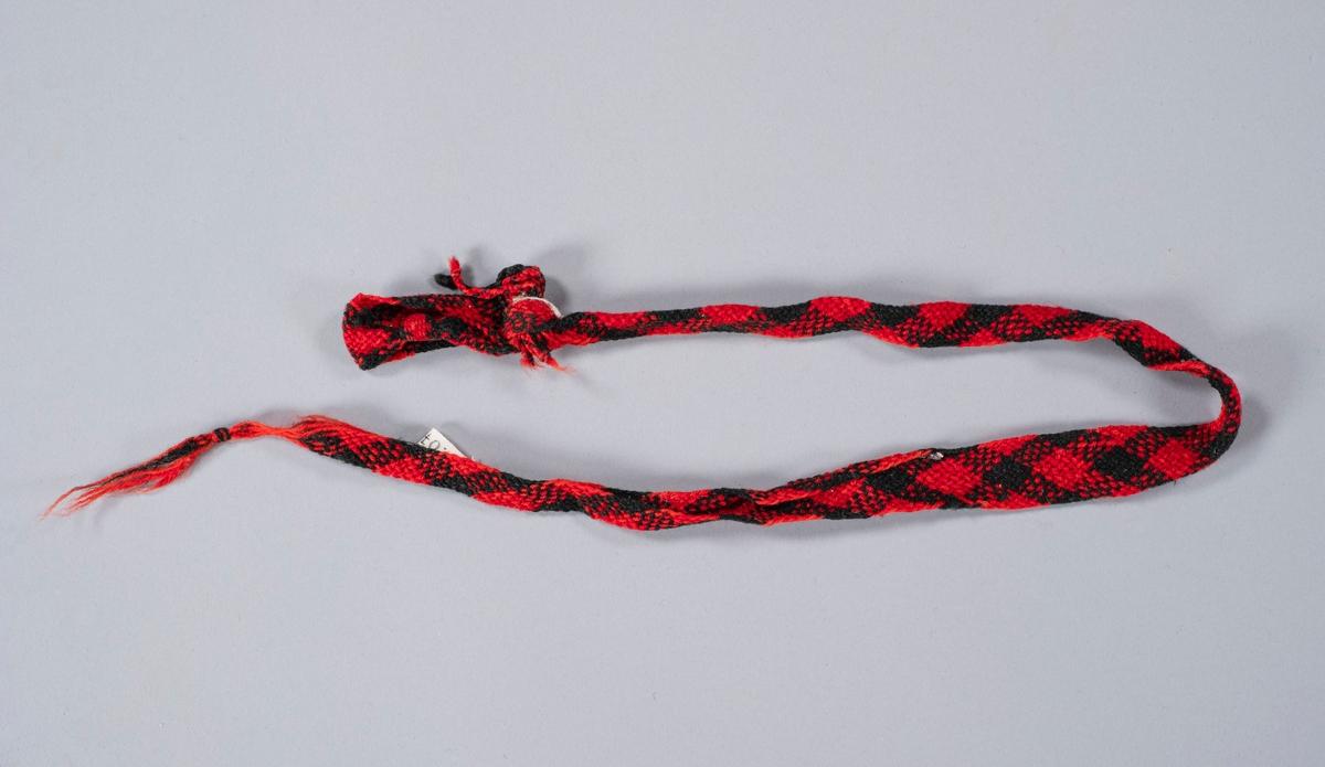 Hosebånd i svart og rødt ullgarn.