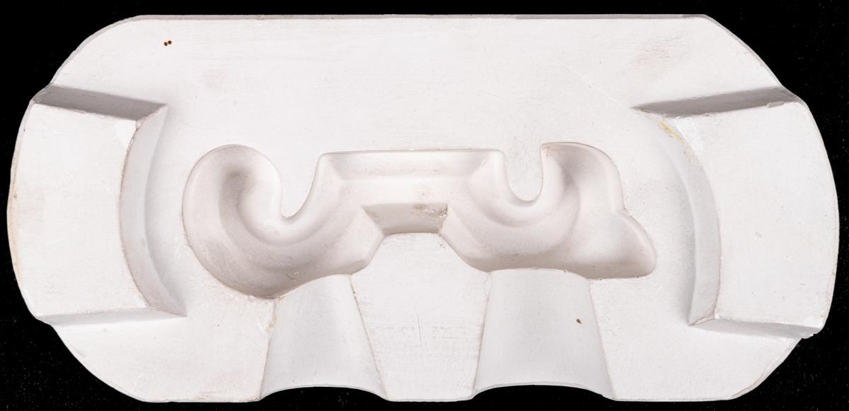 Form, gips, del av form för tillverkning av valutformat handtag. Till urna.