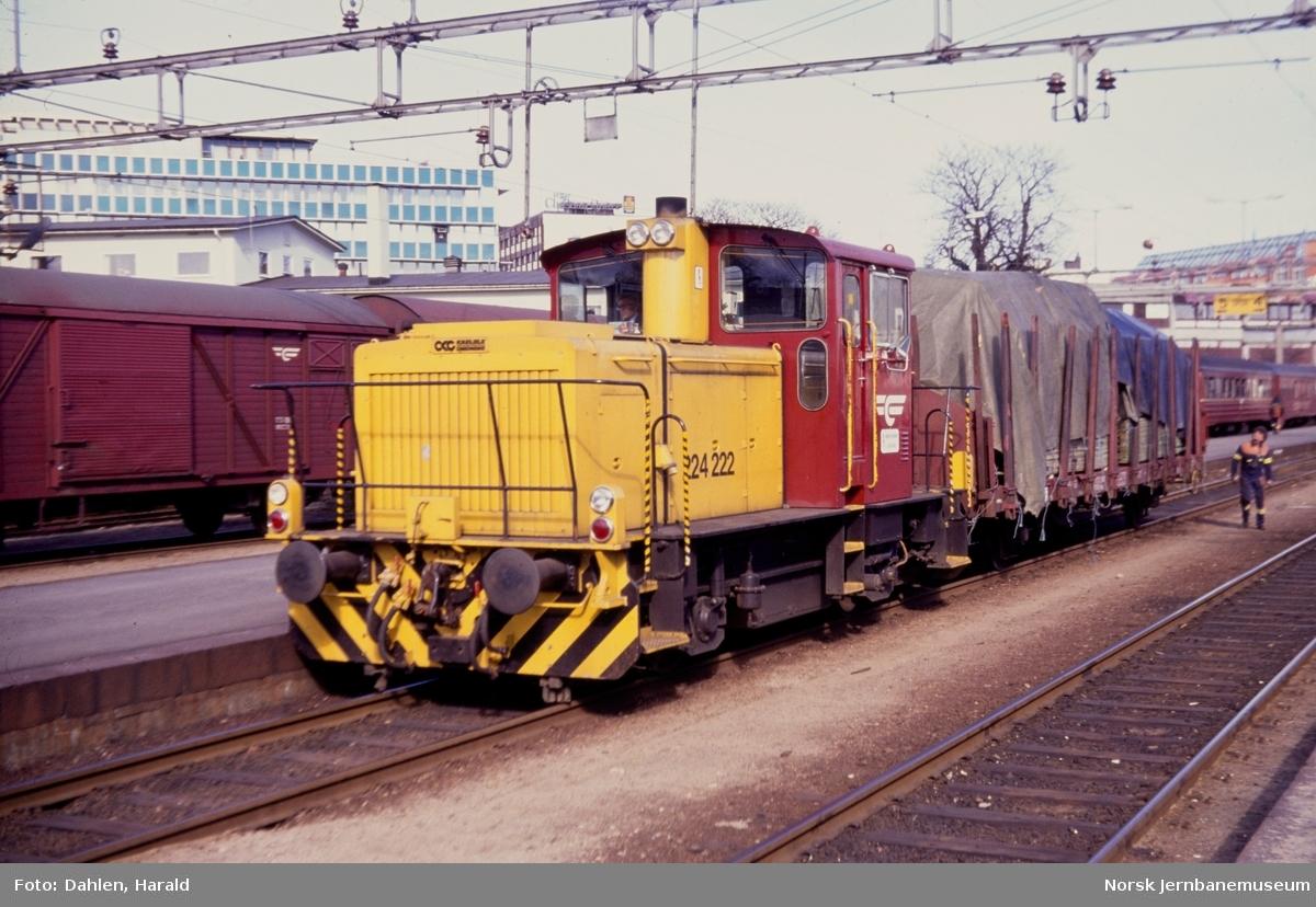 Skiftetraktor Skd 224 222 i skiftetjeneste på Kristiansand stasjon