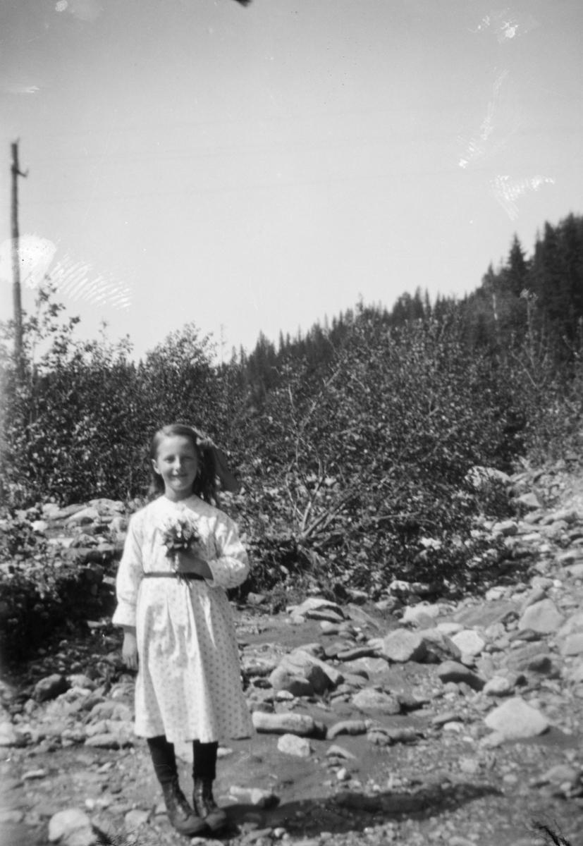 Jente med blomsterbukett.