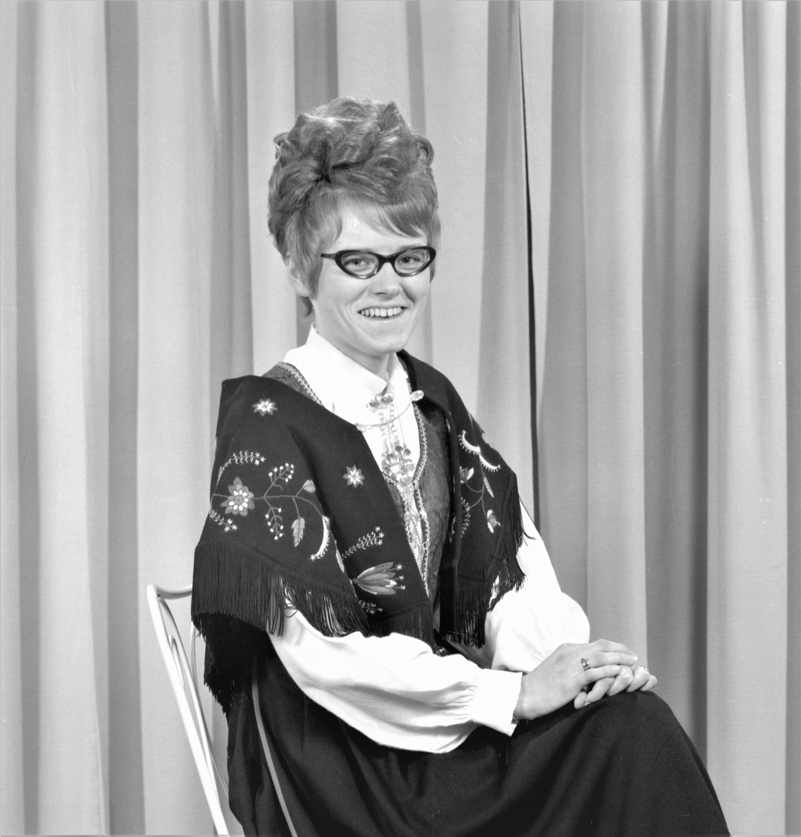 Portrett. Ung kvinne i bunad med briller. Bestilt av Hildbjørg Haugen. Skudeneshavn