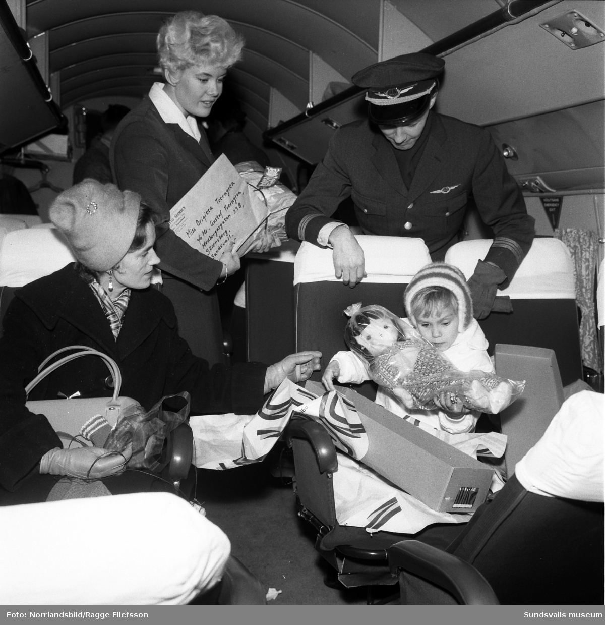Fyraåriga Birgitta Törngren från Skönsberg har fått presenter från en jämnårig pojke i Tokyo, Emi-Chan. Presenterna levererades via en kedja av flygvärdinnor till Midlanda flygplats och på första bilden ses, förutom Birgitta med sin nya japanska docka, mamma Ingegerd Törngren, flygvärdinnan Clary Qvarford och stationschef Kjell Larsson. Övriga bilder är från hemmet i Skönsberg.
