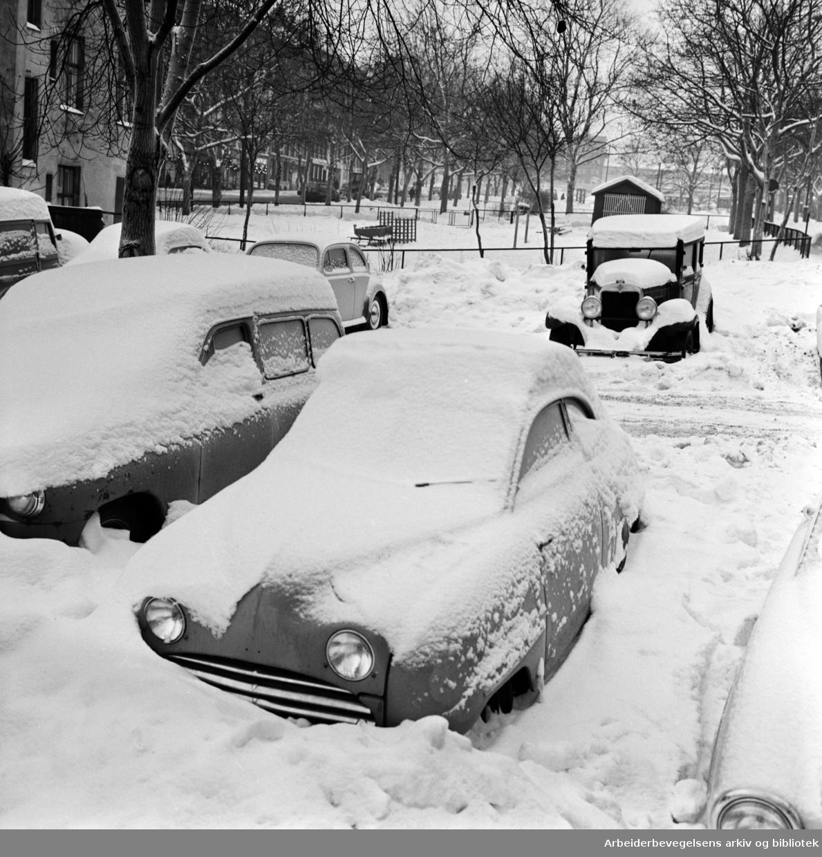 Offentlig parkeringsplass mellom Uelandsgate og Maridalsveien brukt som parkeringsplass for avskiltede og ødelagte biler. Januar 1966.