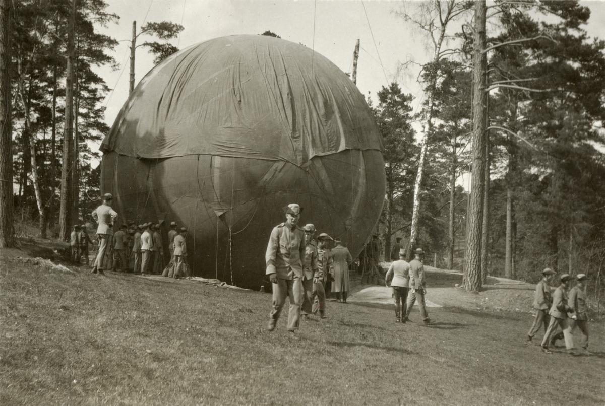 Elever från Krigsskolan Karlberg under luftballongövning.