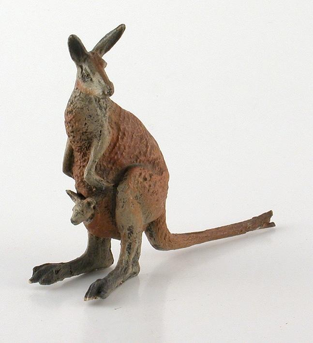 Djur ur den australiensiska faunan. Gjuten av diverse material och sedan bemålad. Föreställer en känguru med unge i pungen.