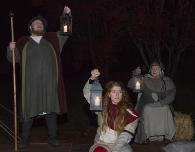 Vekteren står og lyser, Ruske-Ragna og Spå-Sara holder også lykter med lys. (Foto/Photo)