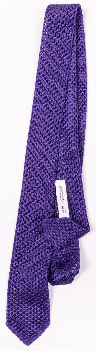 Nylonslips av lila trikåväv. Nedtill en etikett med text: Boalon Nylon made in Japan.