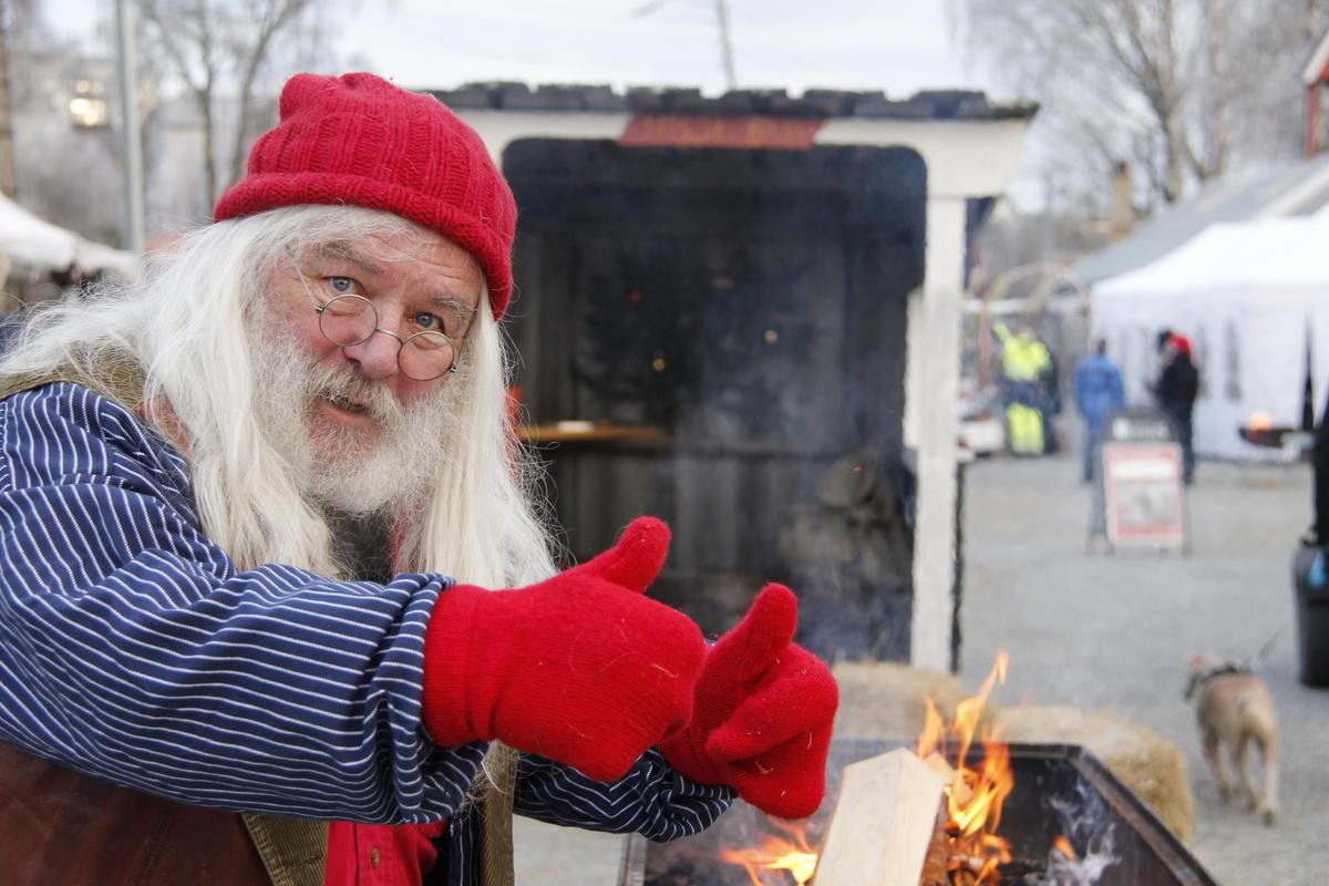 Julenisse viser tomlene opp. (Foto/Photo)