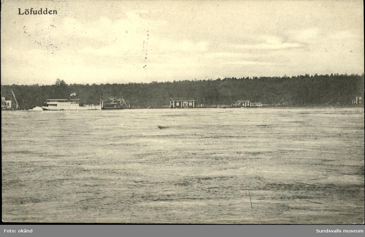 Vykort med motiv över Löfudden och en passagerarbåt.