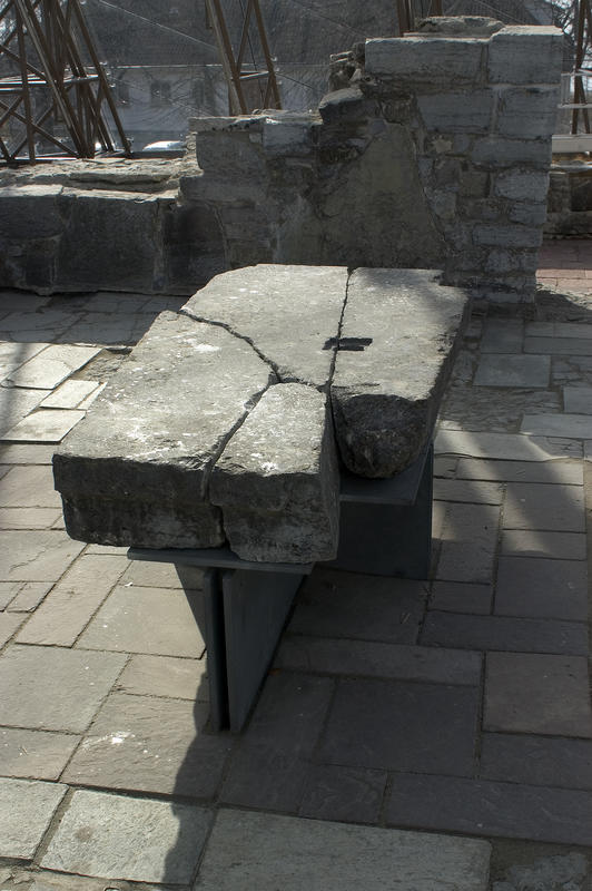 """Alter fra middelalderen: En stor, rektangulær stein med et firkantet """"hull"""" er et middelalderalter med et relikviegjemme. (Foto/Photo)"""