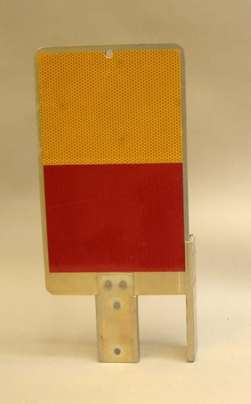 Slutsignalskärm för godsvagn. Gul och röd reflex, stag med nitar.