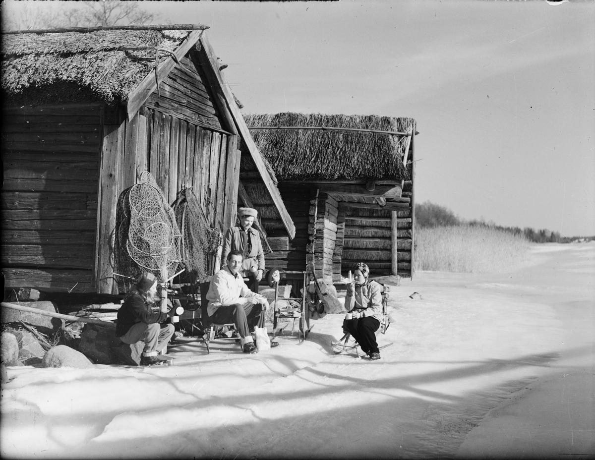 Vinterpicknick vid sjöbodarna vid Tuskötäppan, Uppland