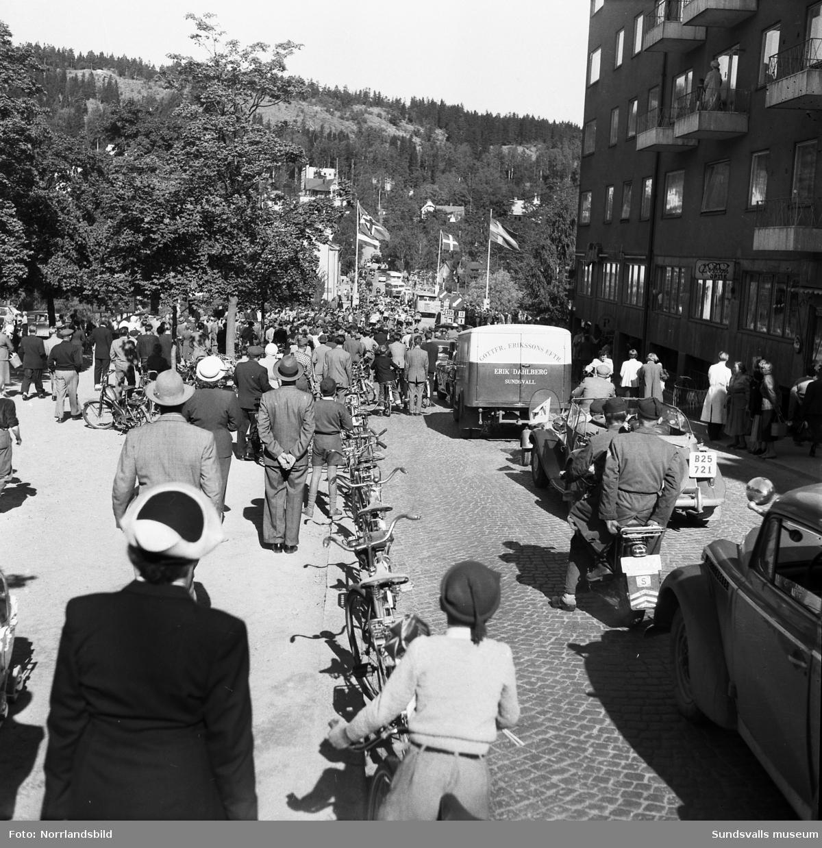 Starten för Dagens Nyheters sexdagarslopp på cykel går på Floragatan invid Läroverket. Massor av åskådare kantar gatorna och trafiken stoppas upp då klungan passerar Storbron.